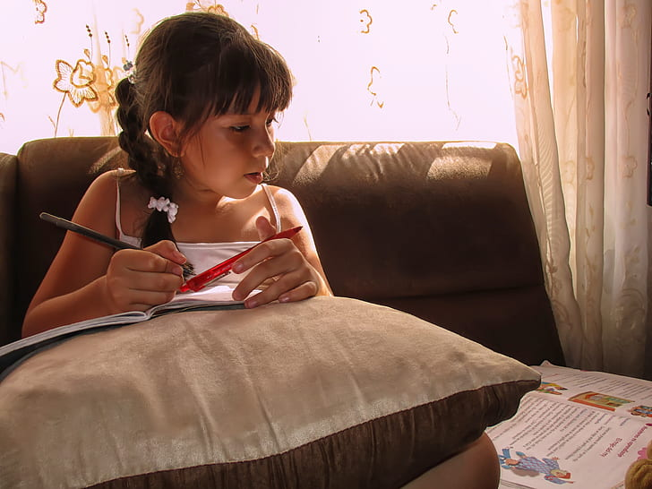 Dívka studuje